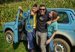 Tschick - Regisseur Fatih Akin mit seinen Darstellern...m Set
