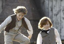 Huck Finn - Tom Sawyer (li., Louis Hofmann) und Huck...heit.