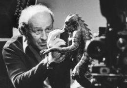 Ray Harryhausen mit einem Modell aus 'Kampf der Titanen'