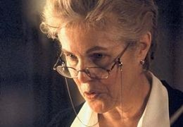 Mrs. Wilkinson (LYNN REDGRAVE) führt die Pension, in...lebt