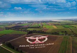 MOCKINGJAY TEIL 1: Weltgrößtes Mockingjay-Symbol in...fens!