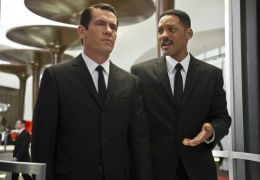 Men In Black 3 - Agent J (Will Smith, r.) und der..., l.)