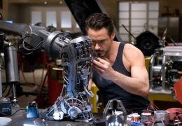 Iron Man Tony Stark (Robert Downey Jr.) entwickelt...eiter
