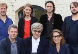 Wim Wenders und die Mitarbeiter seiner Stiftung